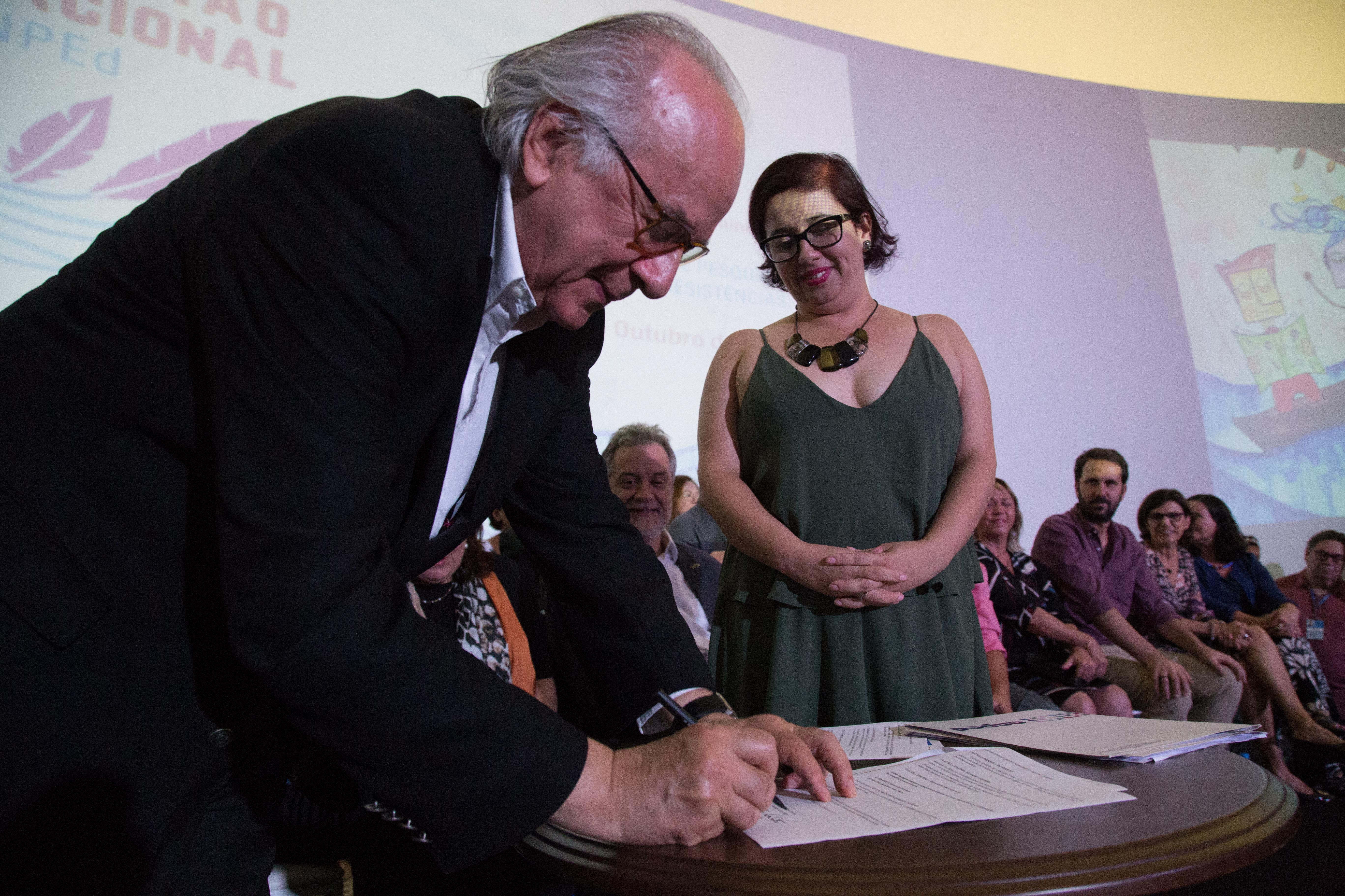 Boaventura e Andréa Gouveia, presidente da ANPEd, assinam o Protocolo de Cooperação do Convênio UPMS